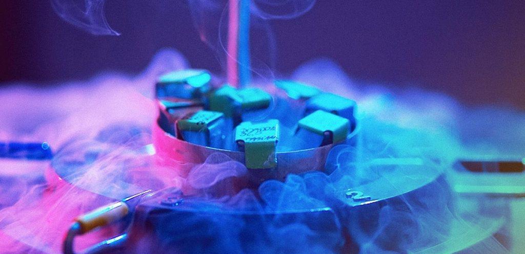 Tambor refrigerado com fumaça de gelo saindo pela boca