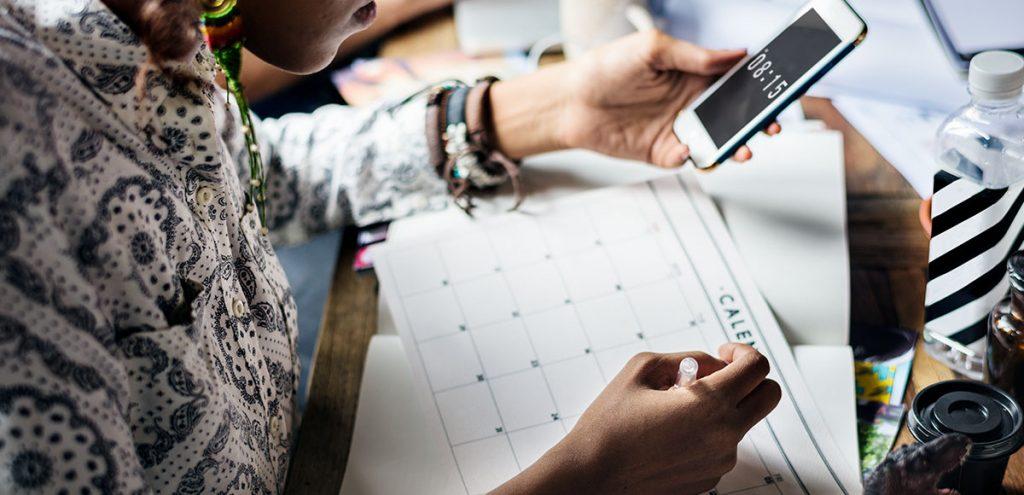 Mulher anotando no calendário para tratamento de infertilidade